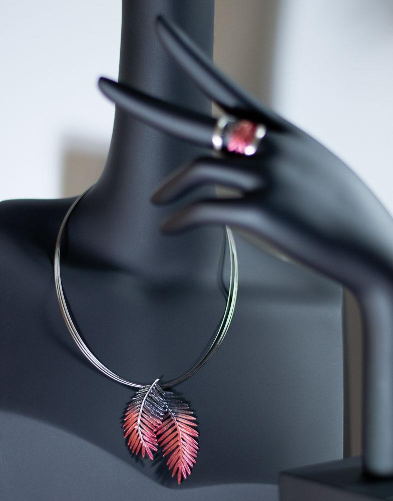 conjunto de colgante y sortija en plata con pigmentos en rojo